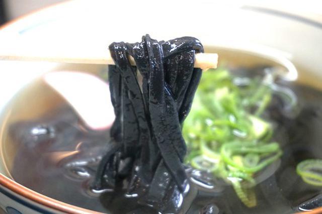 画像: 【福岡】真っ黒!竹炭入り麺のかけ黒うどん♪@官兵衛うどん