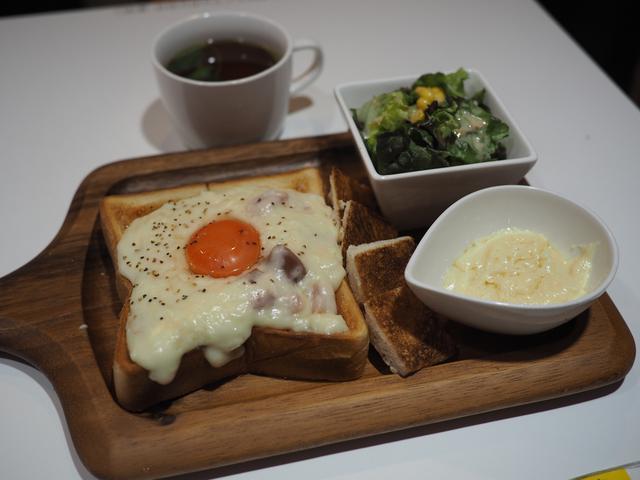 画像: チーズをたっぷりかけるカルボナーラトーストは濃厚な旨味がたまりません! 谷町四丁目 「麺とかき氷 ドギャン 谷四店」