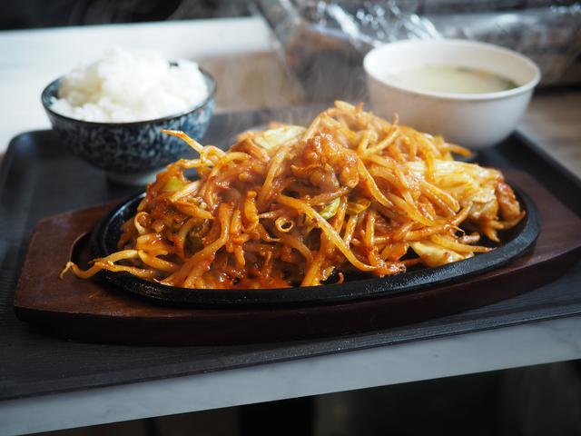画像: 甘辛い味噌だれが絡んだ大量の野菜とホルモンはご飯が止まらなくなる味わいです! 福島区 「もみだれ辛ホルモン 獅子楼」