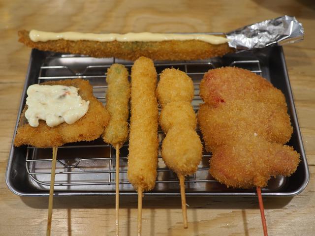 画像: 一人でカウンターでサクッと短時間で美味しい串カツと昼飲みが楽しめます! 高槻市 「串カツ田中 高槻店」