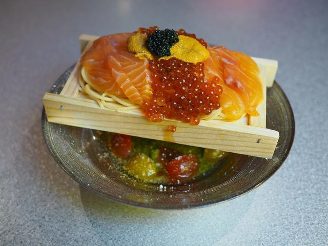 画像: サーモンとチーズのユニークなメニューが揃った大人気のネオ酒場! 梅田 「サーモンLabo」