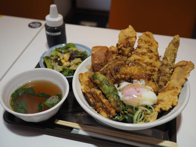 画像: ブランド鶏やブランド豚の天ぷらがぎっしり乗ったボリューム満点でとても美味しい天丼がリーズナブルでお値打ちです! 谷町四丁目 「麺とかき氷 ドギャン 谷四店」