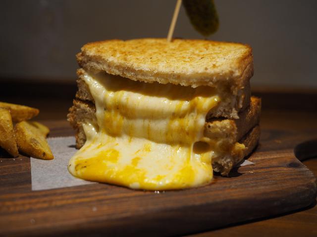 画像: 大量のチーズがはみ出した見た目も味も抜群のサンドイッチが食べられるお洒落なカフェ! 名古屋市 「リバティサンド 」