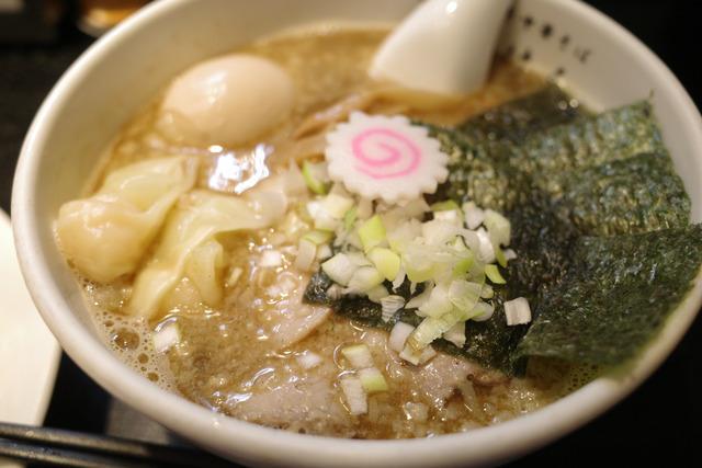 画像: 【五反田】ちぢれ麺がスープに絡む!ガツンと煮干しの風味が美味しい「江戸前煮干中華そば きみはん」