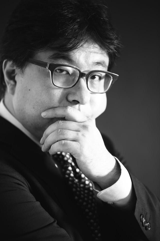画像: 藤元健太郎 1993年からインターネットビジネスの研究を開始し,1994年に野村総合研究所で日本最初のサイバービジネス実験サイトであるサイバービジネスパークをトータルプロデューサーとして立ち上げ,現在成功しているソフマップ,JTB,JCB,NTTDoCoMo,HONDAなどのインターネットビジネス参入の支援コンサルティングを実施。 フロントライン・ドット・ジェーピー社ではSIPS事業の先駆けとして,多くのEビジネスを支援。現在もインターネット上のECやマーケティングなど各種ビジネスのコンサルティング,調査研究を進めている。マルチメディアグランプリ,オンラインショッピング大賞等の審査員。また各種コラムやレポートを執筆しており,主な書籍として「サイバー市場の可能性」生産性出版がある。