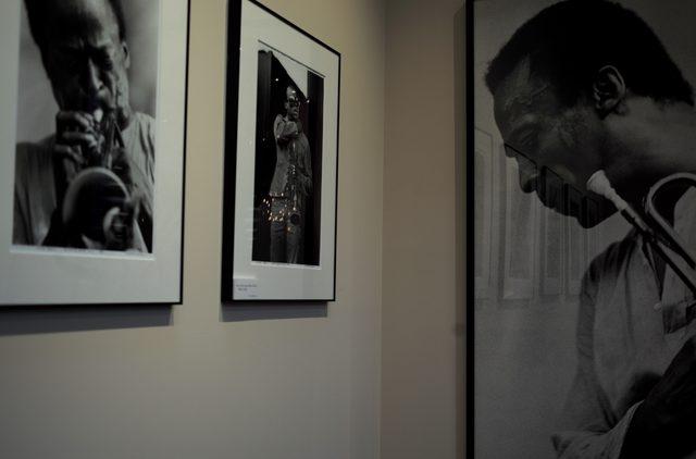 画像: 河合シェフの好みという、マイルズ・デイビスの写真が飾られている2階のダイニングスペース
