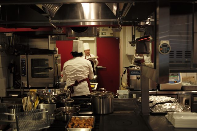 画像: 正式開店前であるから当たり前とはいえ、非常に整理された清潔なキッチン