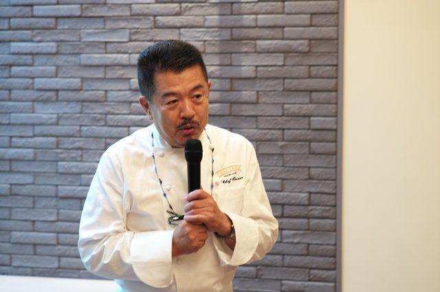 画像: オープニングセレモニーでスピーチする河合シェフ。伝説的なシェフだが、料理だけではなく、カジュアルな空気を作り上げる達人だ。