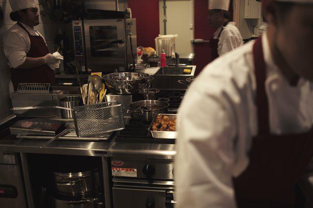 画像: 働くスタッフのみなさんの動きは目立たず、静謐さを漂わせている。