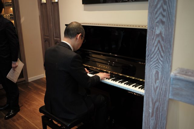 画像: ピアノの演奏も。ピアノもカワイ。