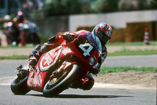 画像: RVF/RC45でワークス参戦したの8耐としては最後の年となった1999年、その有終の美の担い手となったのは岡田忠之とアレックス・バロスの、世界ロードレース選手権レギュラーコンビだった。 www.suzukacircuit.jp