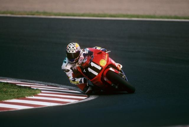 画像: ホンダRVF/RC45は、TT-F1からスーパーバイク規定への変更をにらみ開発されたモデル。1995年はアーロン・スライトと 岡田忠之のペアで、当時史上最多周回の212周で優勝した。 www.suzukacircuit.jp