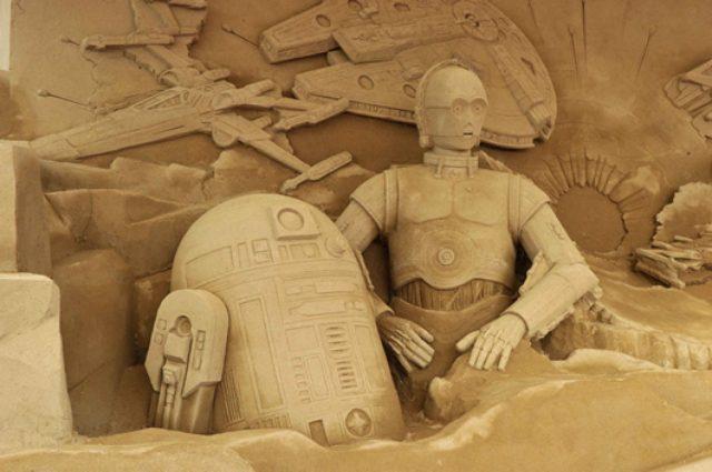 """画像: 「Xウィングやミレニアムファルコンが飛ぶ臨場感を表現するのに苦労した」鳥取砂丘に""""砂のスター・ウォーズ""""が誕生!"""