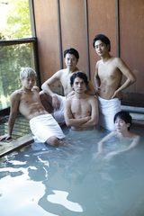 画像: 湯けむりに浮かぶのはタオル一枚纏うだけの5人の男子―『メンズ温泉』写真集発売