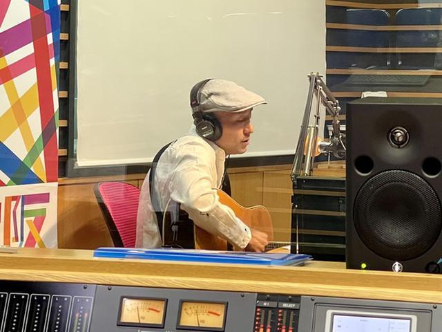 画像: トークソングライター そえんじ FM大阪に参上!