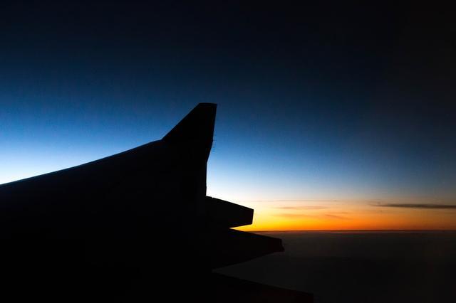 画像: 初シンガポールに出発です!!!出発前から、特別にラウンジを利用させていただり テンション上がってます。SQの機内は・・・とっても快適♡ シンガポールの夜明けです! www.singaporeair.com