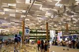 画像: チャンギ空港についた〜〜〜〜。 ハイテクを駆使した近代的な空港です。とってもきれい。