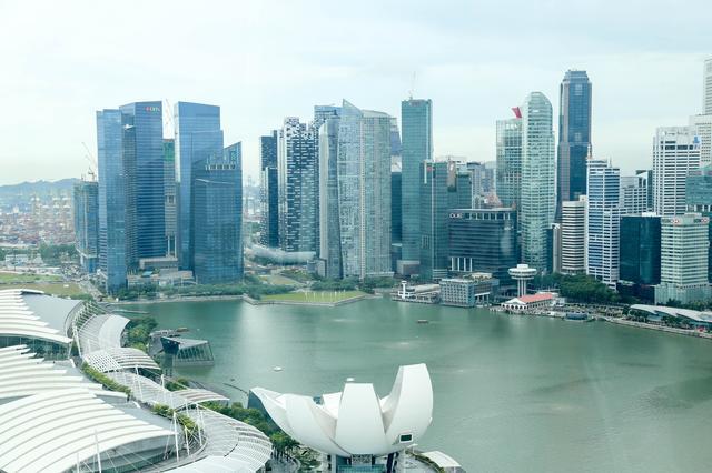 画像: 東南アジア随一の金融ビル街シェントンウェイなどの景色が広がります。 摩天楼と美しい緑、未来都市シンガポールって景観です。