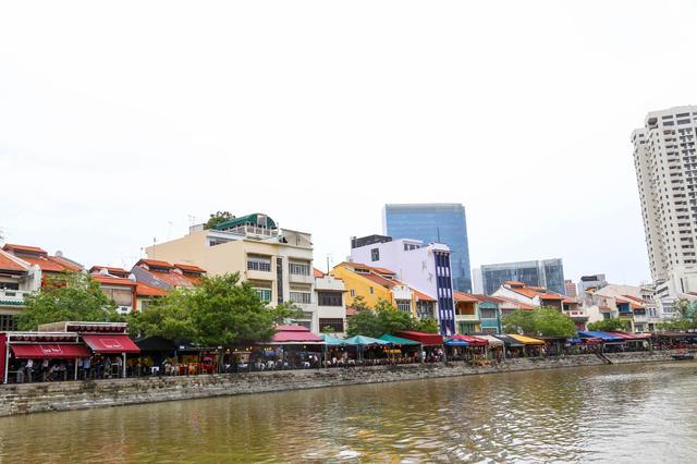 画像: 右岸はボートキー。こちらも、川沿いに飲食店が並びます。 中華料理・タイ料理・ベトナム料理・インド料理と 多国籍なレストランが立ち並ぶグルメスポットです。 お昼から賑やかです。背後には金融街・・・ 新旧の文化がまざりあった場所です。