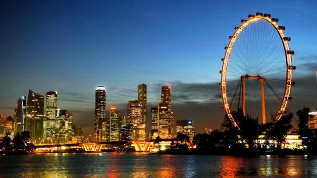 画像: 世界最大級の観覧車、シンガポール フライヤー(Singapore Flyer)です。 高さ165メートル、28人乗りのゴンドラが28台。360度の全方位型。 建築家の故・黒川紀章氏とシンガポールの建築家により設計されました。 30分かけてシンガポールの絶景を楽しみながら一周します。 www.yoursingapore.com