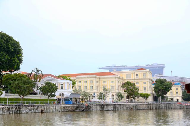 画像: 左岸を見ると、歴史的建造ぶるの向こうに、マリーナ・ベイ・サンズ。歴史と近未来が共存しています。