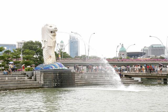 画像: シンガポール川の河口・・・メインエリアのマリーナベイ! マーライオンパークでは多くの人が写真撮影をしています。 目に飛び込んでくるのはシンガポールの象徴的存在「マーライオン」です! 上半身がライオン、下半身は魚の像で、口から水を吐いています。 マーライオンは、悪い「気」がシンガポールに入らないように この国を守っているということで、「マリーナベイエリア」には、 素晴らしく良い「気」があふれているそうです。