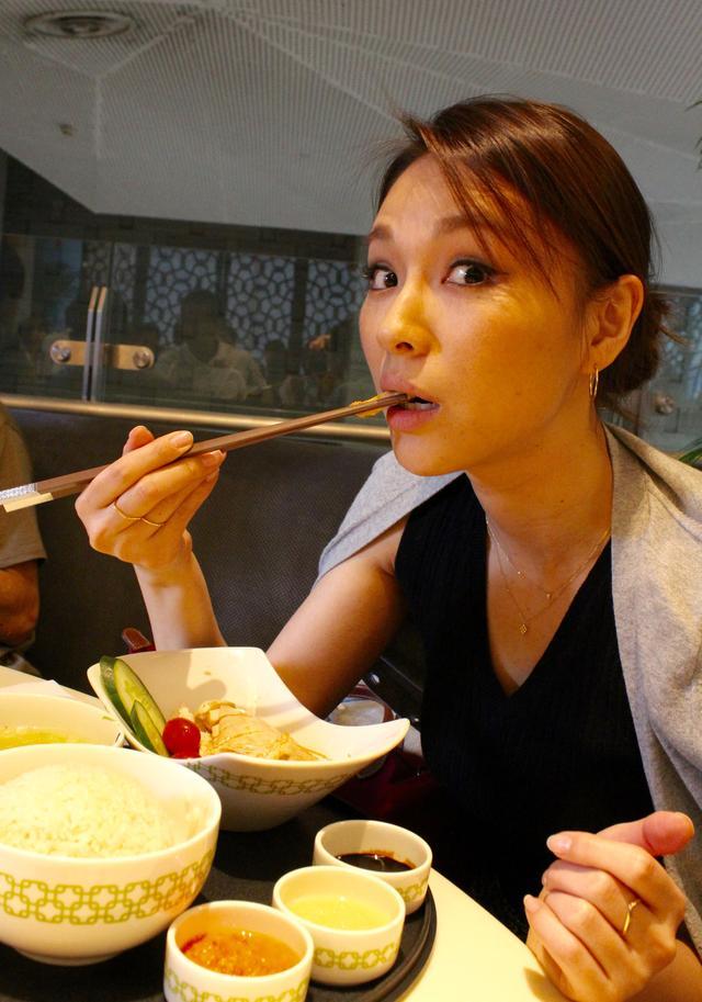 画像: 元々、中国南方の海南州からの移民によって伝えられた料理で、 一口サイズの蒸し鶏を、風味の良いご飯といっしょにいただきます。 このご飯が説妙! あらかじめ鶏脂で炒め、チキンスープで炊いたものなんですが・・・ホッとする味わいです。