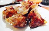 画像: 世界的に有名なシェフに、ミシュランの3つ星に相当する!と言わしめた逸品がペーパーチキンです。 リトルインディアにある「シンガポールHILLMAN」の名物料理。 鶏を紙に包み旨味を閉じ込めるようにじっくり揚げる事で濃縮された旨味があふれ出します。 勿論、大阪でも食べられます。