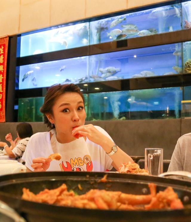 画像: チリクラブは、チリ、トマト、溶き卵がブレンドされたたとろみのあるソースの中に スリランカクラブを生きたまま入れてボイルしたシンガポールを代表するローカル料理です。 カニの身を食べるのはもちろんなんですが、 カニの旨味たっぷりのソースを、揚げパンや炒飯につけて食べてるのもオススメです。 また「チリ」ではありますが、適度の甘みがあるので、おこさまでも十分に食べられます。
