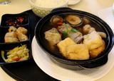 画像: これは、バクテー(肉骨茶) クローブやシナモン、ダイウイキョウ、フェンネルシード、 コリアンダーなどのハーブとスパイスの効いた 個性的なスープで肉付きポークリブを煮込んだ料理です。 シンガポールで、とても人気のある料理なので、 最近は、バクテー風味のインスタントヌードルや、 スープの素が入りのバクテーのDIYキットまであります。 シンガポールのお土産にぴったりです。