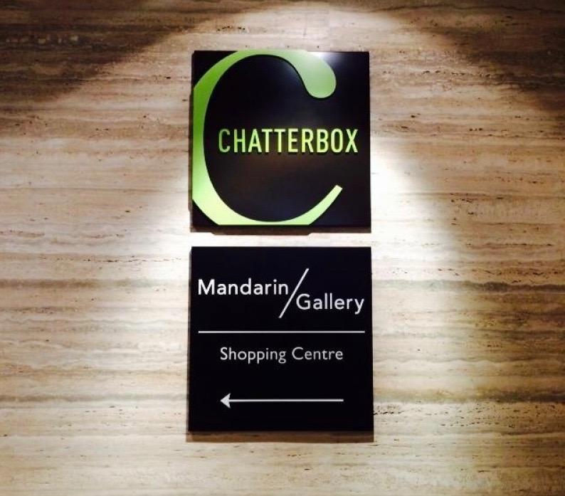 画像: 海南チキンライスを頂くために、マンダリンホテルにある 「チャターボックス」にやってきました。 有名店だけに観光客でいっぱい。 「ベスト・チキン・ライス賞」を何度も獲得している安定のお味!