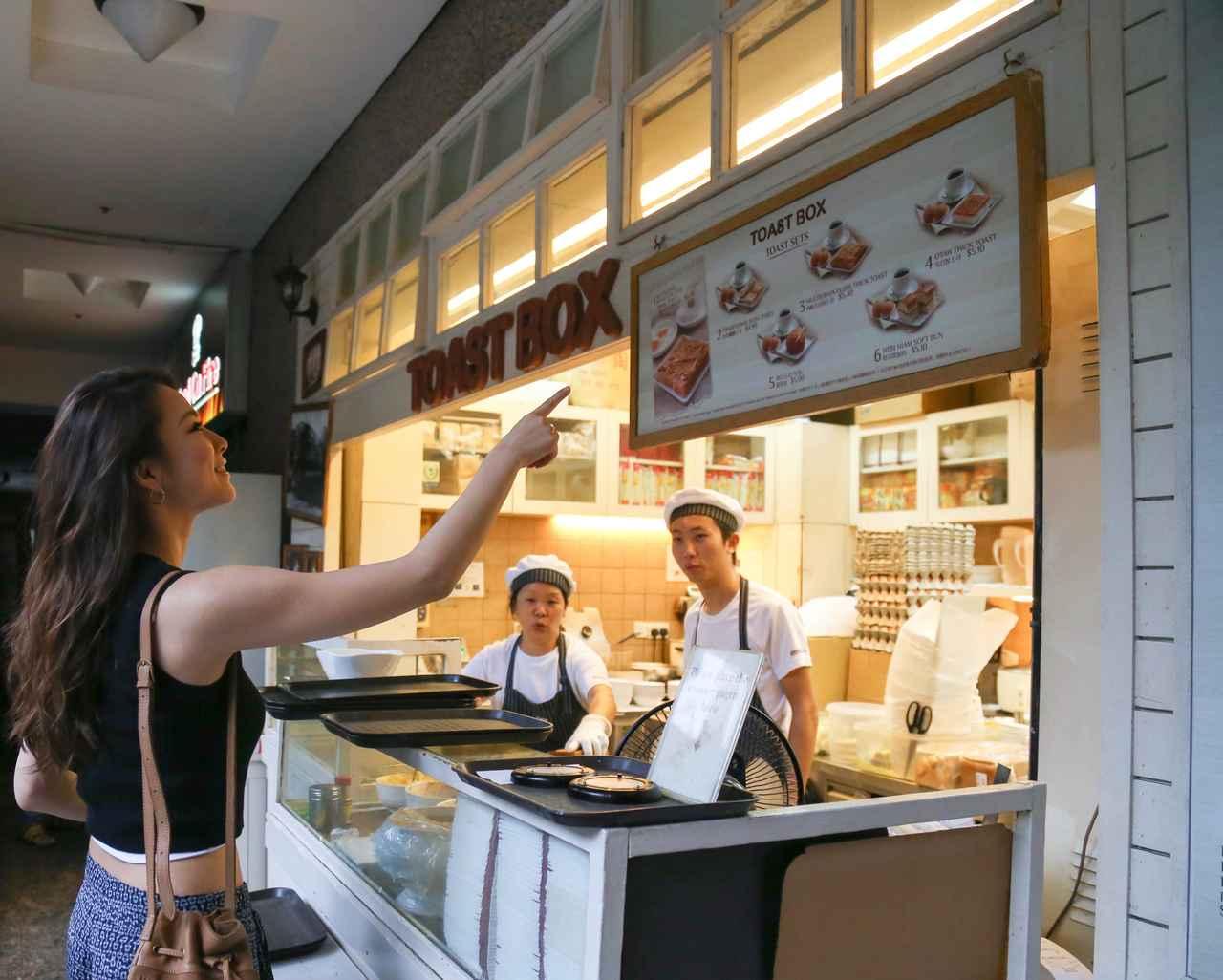 画像: カヤトーストはシンガポールの朝食の定番メニューのひとつ。 薄切りのパンをカリっとするまで焼いて、 カヤジャムとバターをはさんだシンプルなトーストです。 カヤジャムは、卵・ココナッツミルク・パンダンリーフと 呼ばれる香り付けの葉っぱとお砂糖から作られています。 甘~い味がたまりません。