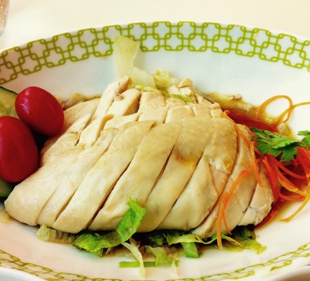 画像: 日本で「チキンライス」といえば、ケチャップライスにチキンが入っている浜田さんの曲のイメージなんですが・・・実は超シンプル! 詳しくは「海南チキンライス」といいます。