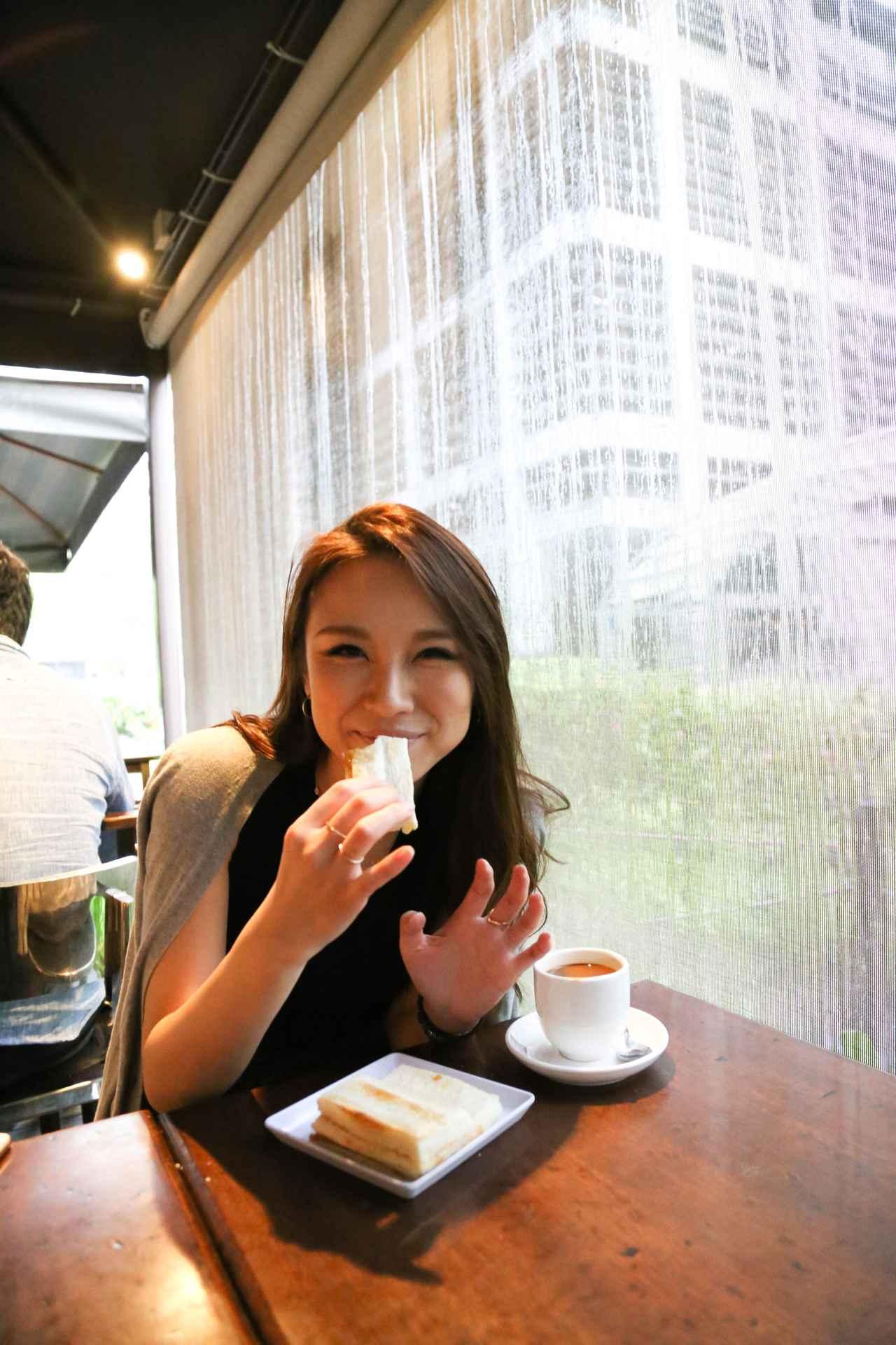 画像: 「Toast Box」はシンガポール国内に多くの店舗を展開しているチェーンですが、 古いコーヒーショップやフードコートに行けば、このシンプルでおいしい逸品が楽しめます。