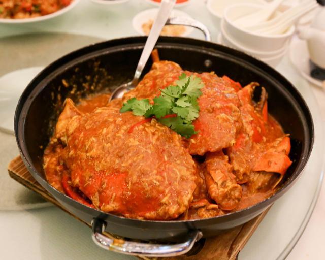 画像: そして、夜は、チリクラブ!チキンライスと並んで、シンガポールを代表するお料理です。 ジャンボ・シーフードはシンガポールや上海にもチェーンを持つ、 地元でも人気のお店。 平日でも行列が出来るという人気っぷり。 私たちは、デンプシーヒルにあるお店にやってきました。