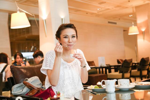 画像: グッドウッドパーク・ホテル・シンガポール 1900年にドイツ人倶楽部として建てられた洋館がルーツ。 レストラン「レスプレッソ」は、昼間は素敵なカフェ、夜は落ち着い た雰囲気のラウンジとして、多くの観光客を魅了しています。 アフタヌーンティーを楽しみました。