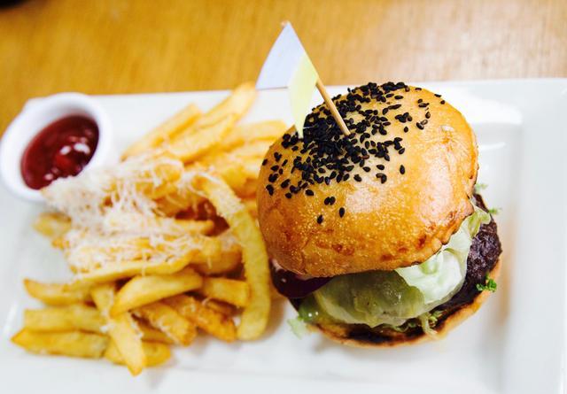 画像: タンジョン・ビーチ・クラブの人気メニュー タンジョンバーガー チェダーチーズ、トマト、レッドオニオン、 新鮮レタスがジューシーなお肉と相性バッチリです!