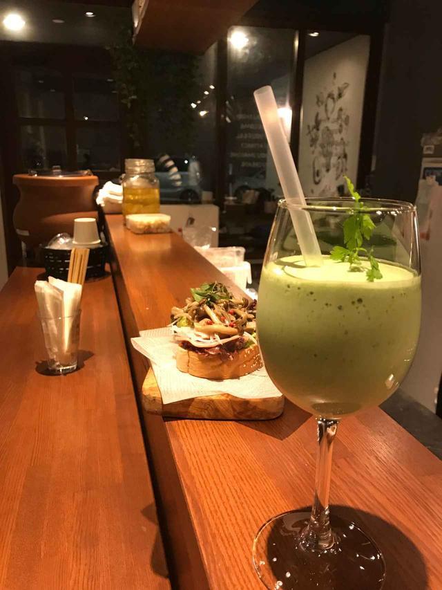 画像: お昼はスムージー。夜はカクテル。