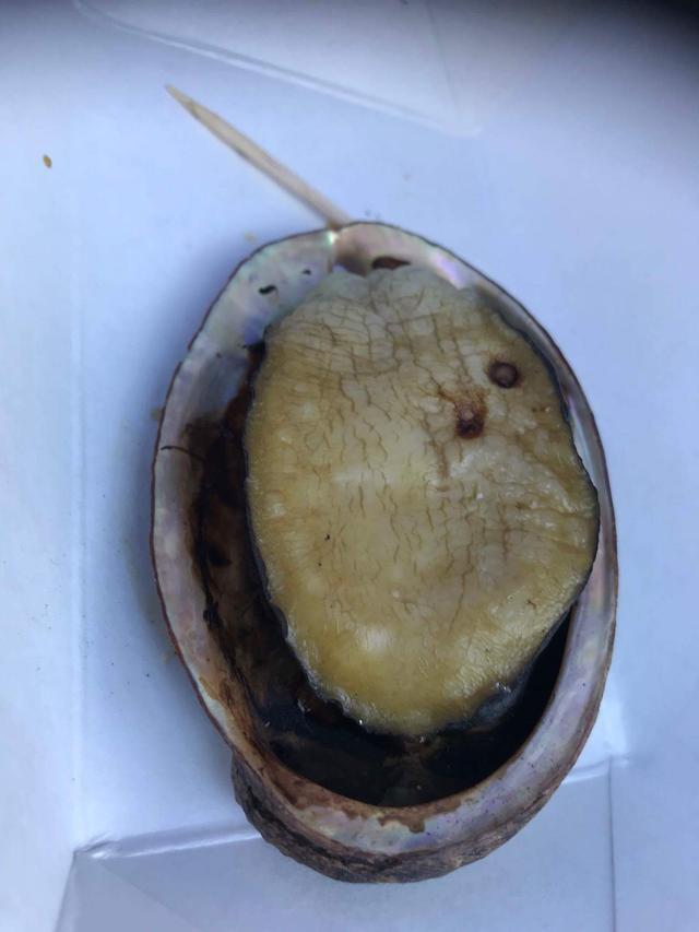 画像: ハワイ島コナ産のアワビは、新鮮でその場で焼いて売っています!いつも行列してるけど並んで食べるべし!プリプリ!