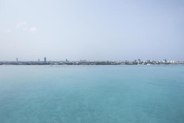 画像: 今やビーチリゾートの代表的存在となったラグジュアリーブランド''アマンリゾート''の代表、エイドリアン・ゼッカさんが最も影響を受けたいう、 伝説的な建築家です。「インフィニティプール」を生み出したのもバワさんです。 ←これが「インフィニティプール」の風景