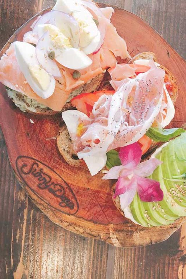 画像: Sunny Days - cafe and dining restaurant located on Monsarrat Avenue.