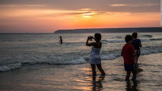 画像: コロナ対策でビーチに漂白剤散布、当局が謝罪 スペイン