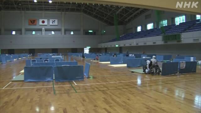 画像: 大雨 避難所で新型コロナ対策 間仕切り 消毒液 窓全開 熊本 | NHKニュース