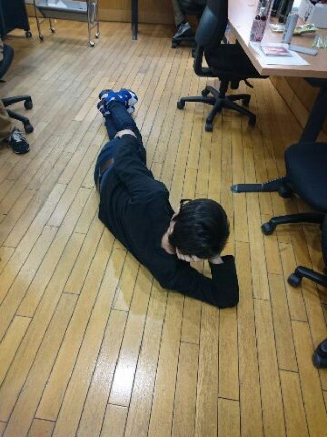 画像: 番組の合間に打ち合わせをする小早川さんです。