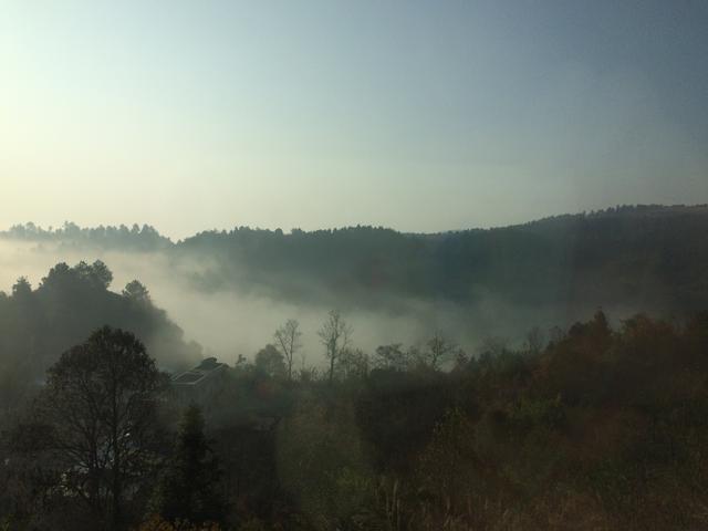 画像: 山間部は、 朝は霧が立ちこめ幻想的・・・。