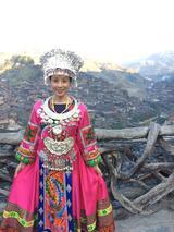 画像: 苗族の村をバックに写真をパシャリ☆ 村と言っても、とっても広いです・・・!!