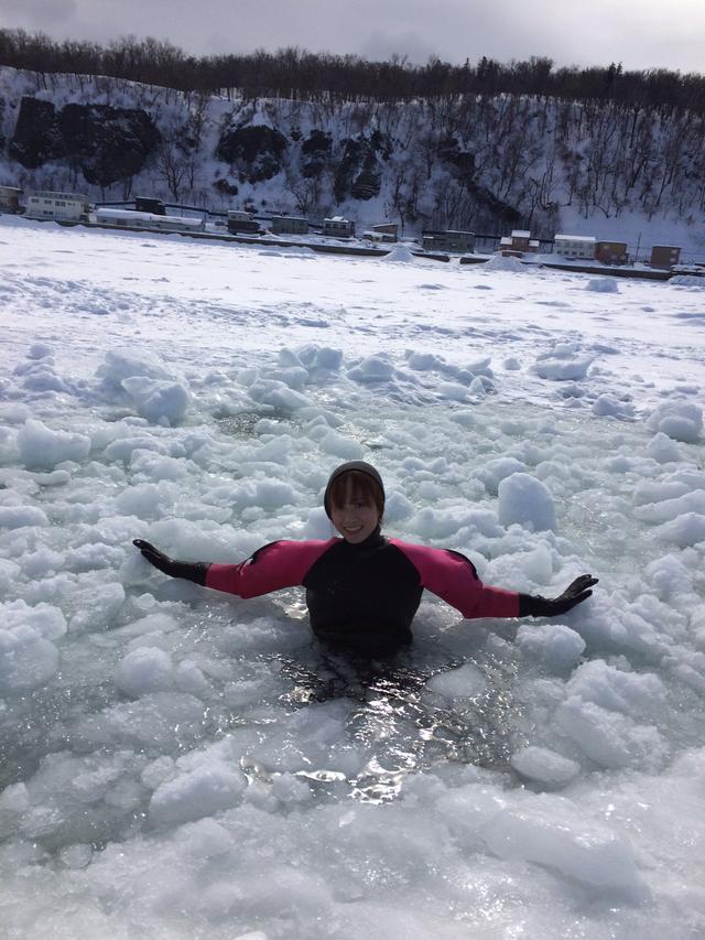 画像: 砕けた氷の間で浮かぶもりゆうさん。 ドライスーツを着ているので全然寒くないそうです!