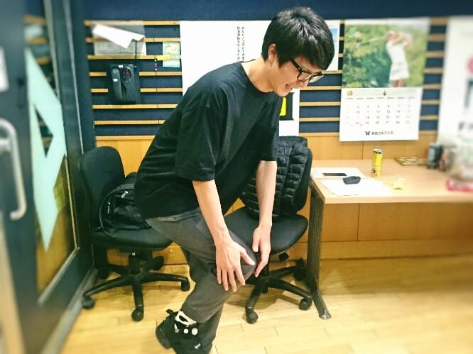画像: 「あーいたい!」と膝をおさえる小早川さん。 おしい!テーマは「会いたい人」です!
