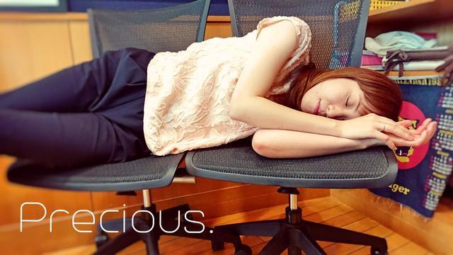 画像: もりさんはスタジオの椅子を並べてお休み中……☆