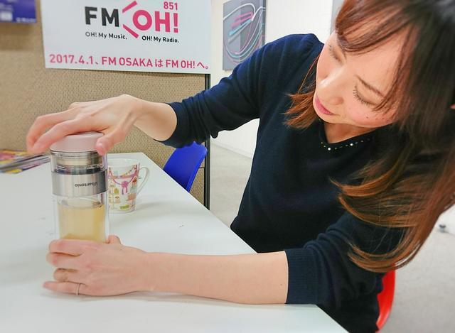 画像: またボトルを逆さにして、お湯をきり、 上の部分と下の部分をキュッとひねると、なんと! 上下で仕切りができます! お茶が渋くなる…なんてことが起こらないのです!